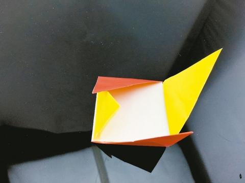 兩紙交疊,將銳角塞入鄰邊下方即可。