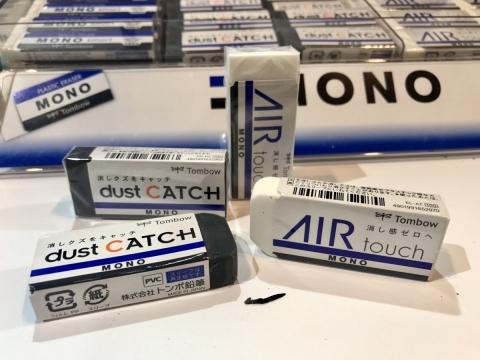 型格黑「dust CATCH」超黏屑擦膠,擦完碎屑會黏附在擦膠上,唔怕污糟!純淨白「AIR touch」超柔軟擦膠,以中空微粒膠囊製造,減低與紙張表面的摩擦,比一般擦膠省力40%。各HK$8