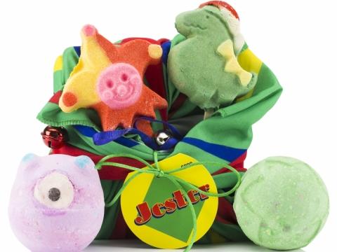 Jester快樂小丑禮盒包括小丑及恐龍泡泡浴棒、狂野森林及單眼小魔怪汽泡彈。470