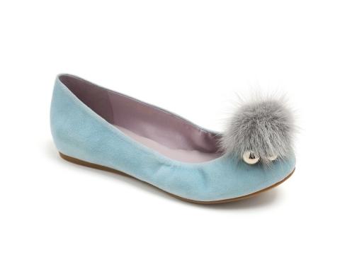 淺藍色配灰色毛毛鞋 HK$1,190(Jipi Japa)