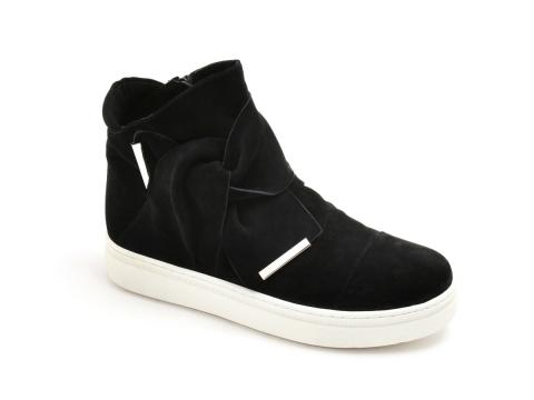黑色猄皮粗帶鞋 HK$1,690(Jipi Japa)