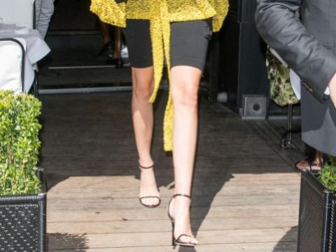 Kendall Jenner示範如何將Minny dress down。