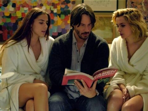 2015年在電影新戲《Knock Knock》(夜半女敲門)遭兩索女綁玩3P。
