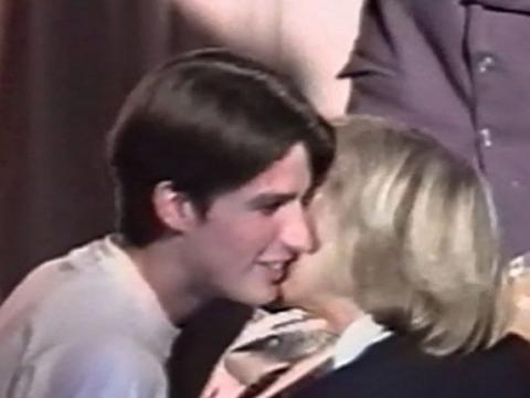 馬克龍完成舞台劇演出後,在眾目睽睽下輕吻特羅尼厄,這可說是兩人的訂情之吻。