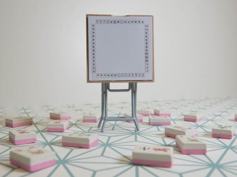 麻雀造型便條紙座,仿照香港人打麻雀時的實況,於便條紙印上麻雀圖案作裝飾。HK$130