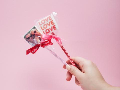 除了一盒九粒裝之外,Boomf更提供棉花棒棒糖,將摯愛的相片放上蛋糕或飲品上面