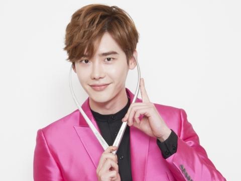 官方透露李鍾碩的蠟像將穿上螢光粉紅色西裝,而且會擺出一個極具動感的姿勢。