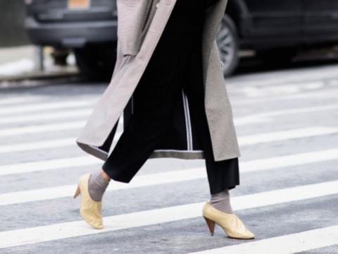 懂得加上小短襪在ankle boots上,可增添層次感。
