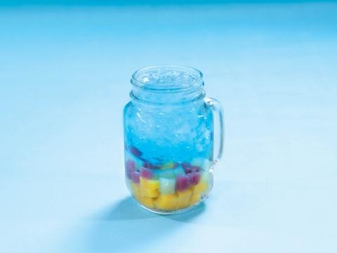 雜果海洋 (HK$38) 清新荔枝味有氣水配新鮮雜莓、奇異果及芒果啫喱,果肉在天藍色的海洋裡載浮沉,視覺透心涼!