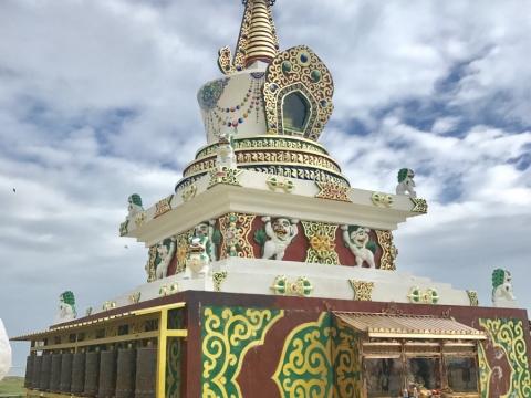 當地為藏民聚居地,要注意衣著,遊覽寺廟避免穿短裙短褲。