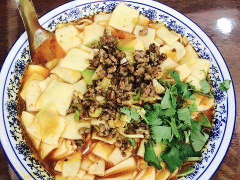 食物以麵食及羊肉爲主,跟南方的飲食習慣不同,要有心理準備。