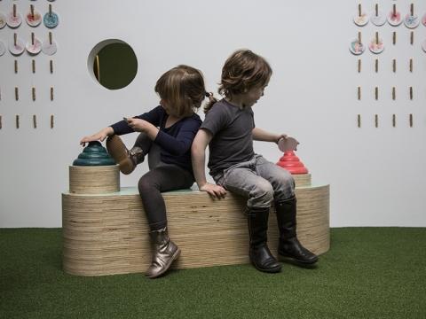 場內設有用蠟筆造型的雕塑,小朋友可以用紙隨意擦上顏色,發揮創意