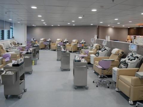 位於西九龍的捐血站,為全港最大的成份血捐血中心。現時每天需要1,100名市民捐血,才足夠全港病人使用。