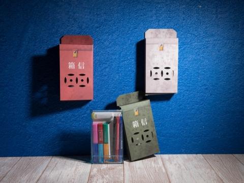 Pilot Frixtion主題印章套裝,以復古郵箱作為包裝,分別有動物派對(紅色)、田園(灰色)及旅行(綠色)三大主題,適合文具控粉飾手帳。HK$160(LOG-ON獨家發售)
