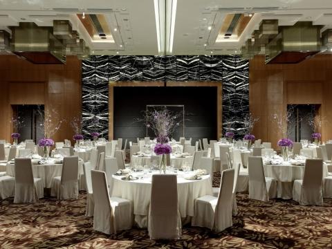 無柱的宴會大禮堂 (Regency Ballroom) 可容納多達30席的婚宴。