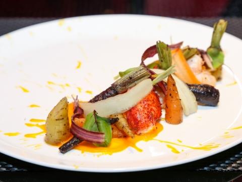 LE CAFÉ de Joël Robuchon 香煎美國緬因龍蝦伴迷你彩虹甘筍及秘製醬汁