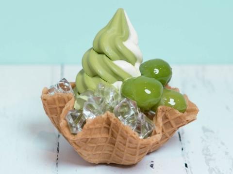 若桃軟雪糕 (HK$48) 北海道牛奶或京都宇治抹茶軟雪糕,配日本直送若桃,加上晶瑩通透的啫喱粒,集香滑、爽甜、煙韌的口感一身。