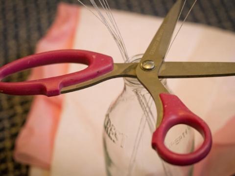 Step 1: 準備不同顏色的紙巾、剪刀、鐵絲。