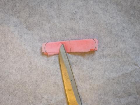 Step 3: 將紙巾邊緣剪成半圓形。