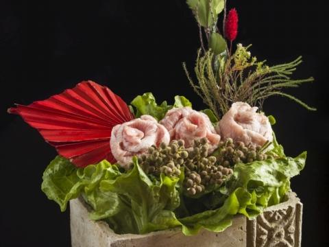 有別於傳統火鍋的簡單湯底配菜,火鍋配料展示時尚的享受及擺盤上的藝術美感。