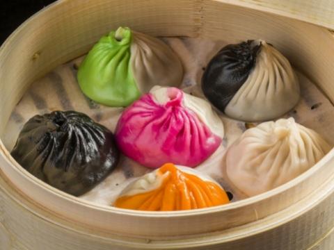 雙色湯鍋小籠包注入了黑松露、蟹粉、墨汁湯、龍蝦湯及藥膳等。