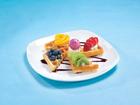 奇妙彩虹雜果窩夫 (HK$88) 窩夫外脆內軟即叫即製,配上新鮮生果及幼滑忌廉,底層是自家製雜莓醬。