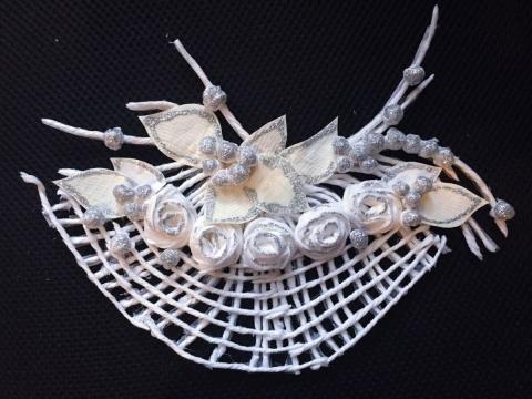 設計師以銀色閃粉膠水製作婚紗裝飾細節。