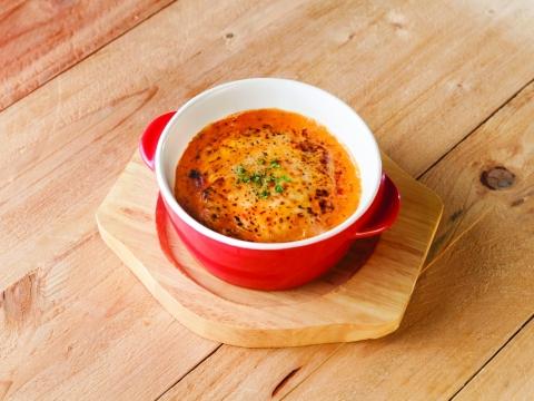 洋風千層餃子 HK$55:在日式餃子上放上溫泉蛋,再配以意式蕃茄醬,是由西洋格調中重塑而成的日式料理。