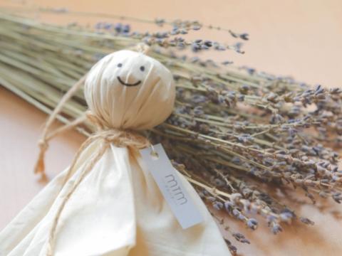 自製香薰Teru-Teru晴天布偶(12月9日- 12月13日) 以不同種類的天然香料製作香薰包,有效改善室內的空氣質素。