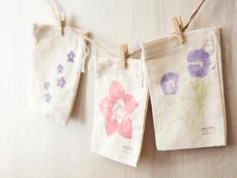 自製植物拓染小布袋(12月4日- 12月8日) 利用天然的花草、樹葉等作為植物染料和工具,製作獨一無二的小索布袋。