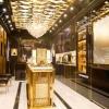旗艦店打造成富麗堂皇的宮廷風格,氣派十足。
