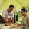 「香港人道年獎」得獎者梁偉賢(左)到菲律賓為受到海燕風災影響的災民提供醫療服務。