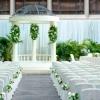 翠綠氛圍間,設有羅馬式的白色拱門及歐陸式佈置。